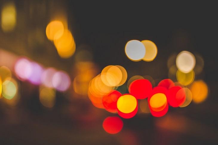 רחוב מטושטש בלילה
