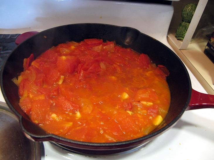 רוטב עגבניות מתבשל על מחבת