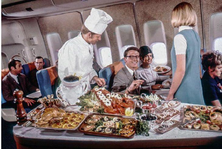 שף מגיש אוכל לנוסעים על מטוס
