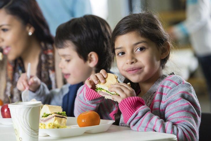 ילדה וילד אוכלים