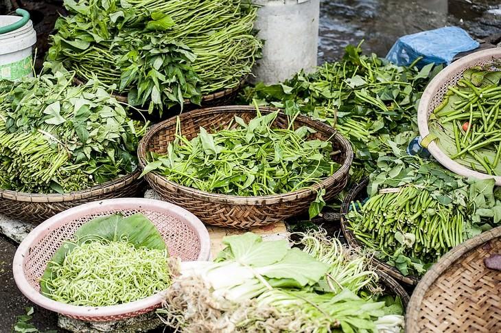 ירקות עם עלים פזורים בסלסלאות