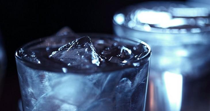כוס מים עם קרח
