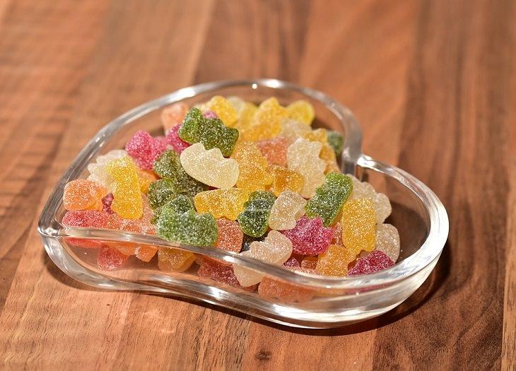 סוכריות ג'לי צבעוניות בקערת זכוכית בצורת לב