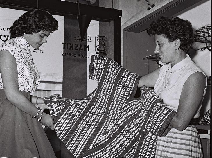 רות דיין בוחנת בגד של משכית
