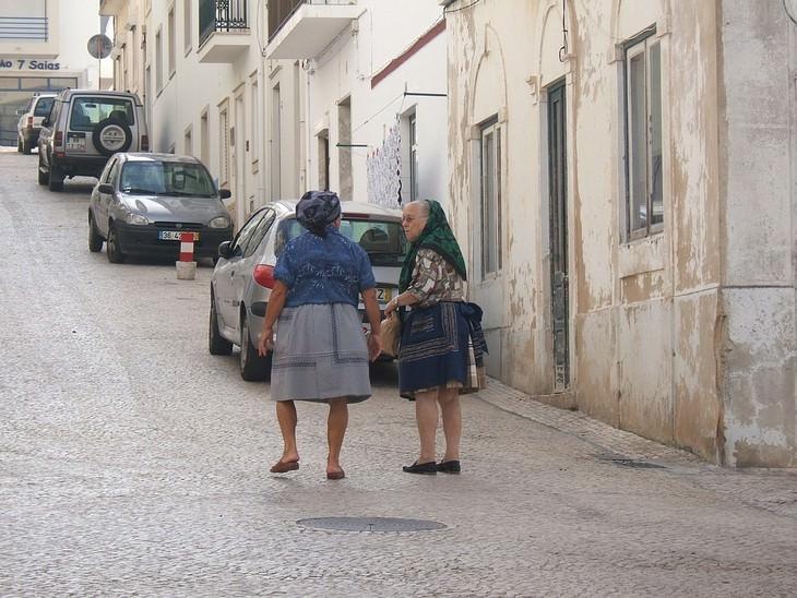 שתי נשים קשישות הולכות ברחוב