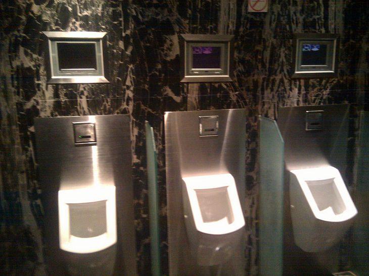 חדר שירותים ציבוריים בעיצוב עתידני