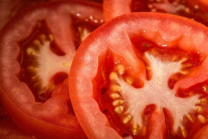 חצאי עגבניה בתקריב