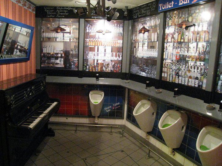 פסנתר בשירותים ציבוריים