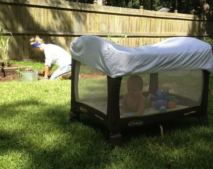 אם עובדת בגינה עם תינוק בלול לצידה