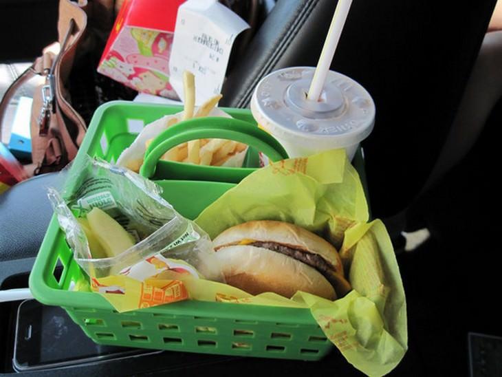 אוכל מהיר בתוך מיכל מפלסטיק ברכב