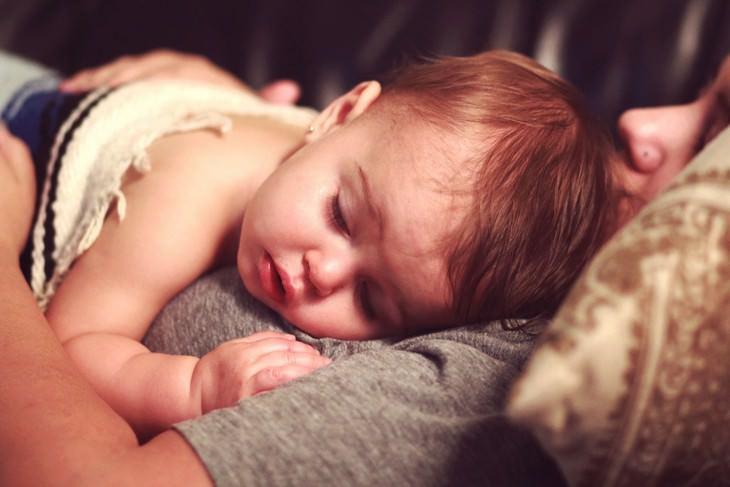 תינוק ישן על אמו