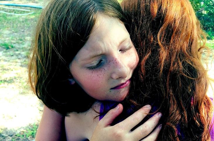 שתי צעירות מתחבקות