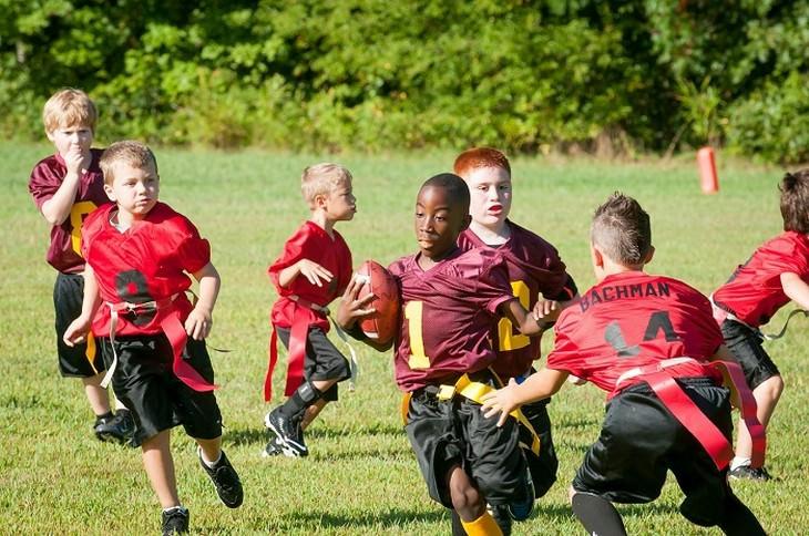 ילדים משחקים פוטבול