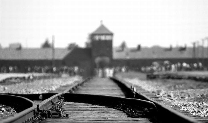 פסי הרכבת המובילים למחנה ההשמדה אושוויץ
