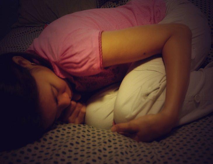 נערה שוכבת בתנוחת עובר