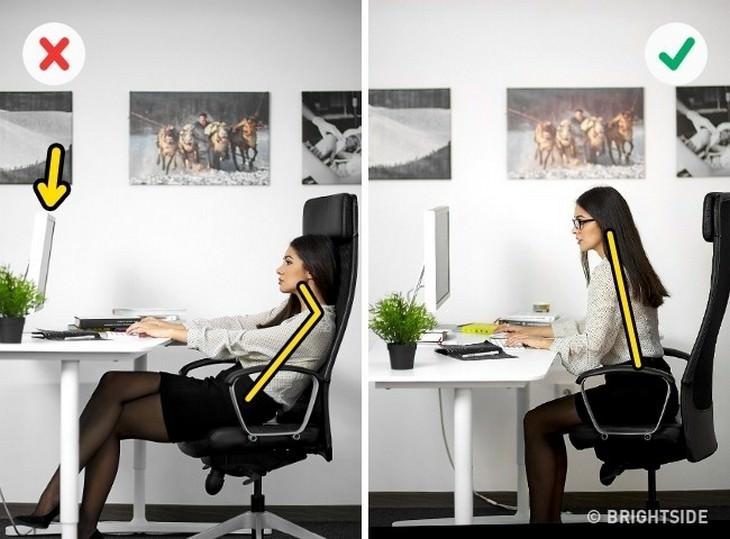 אישה מיושרת בכיסא כמו שצריך ואישה שיושבת מטה בכיסא