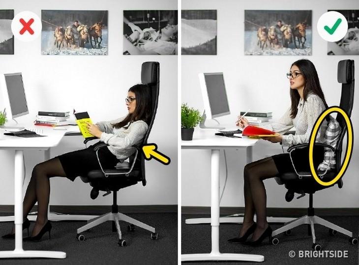 אישה יושבת זקוף ואישה יושבת במורד הכיסא
