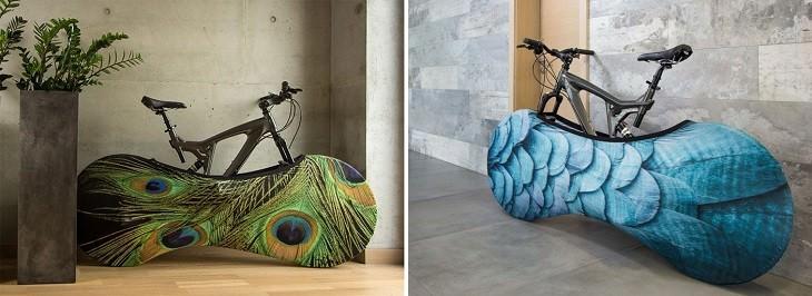 שני זוגות אופניים עם כיסויים צבעוניים לגלגלים