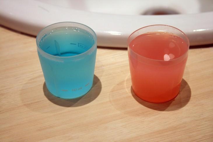 שני כוסות פלסטיק קטנות המכילות מי פה