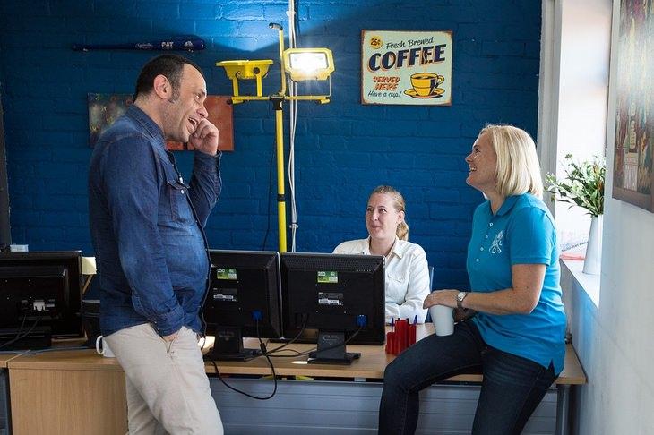שלושה אנשים משוחחים במשרד