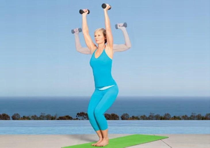 תרגיל יוגה: תנוחת ישיבה עם הרמת כתפיים