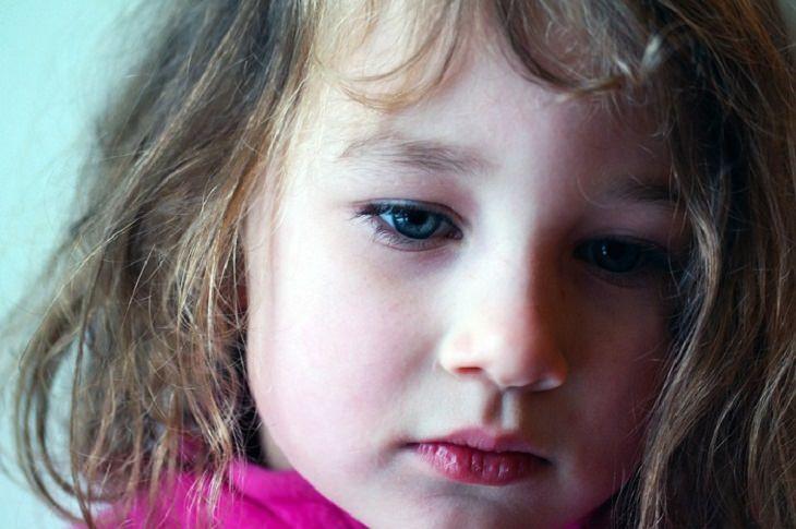 ילדה עם מבט עצוב