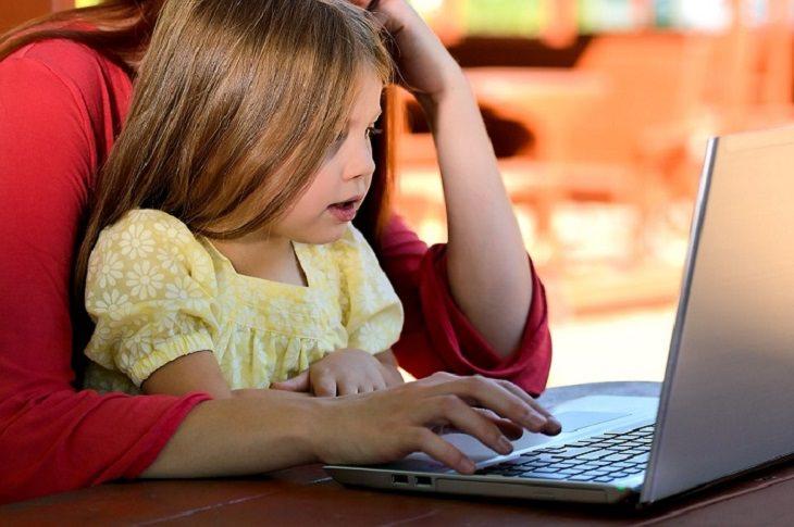 אם וילדה מול המחשב