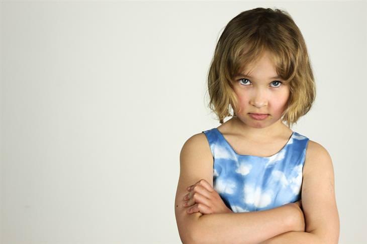 ילדה עם מבט כועס