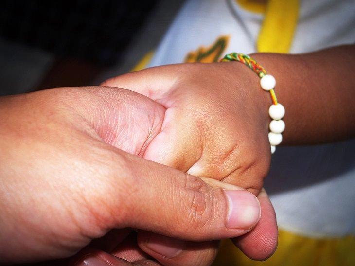 שני אנשים מחזיקים ידיים