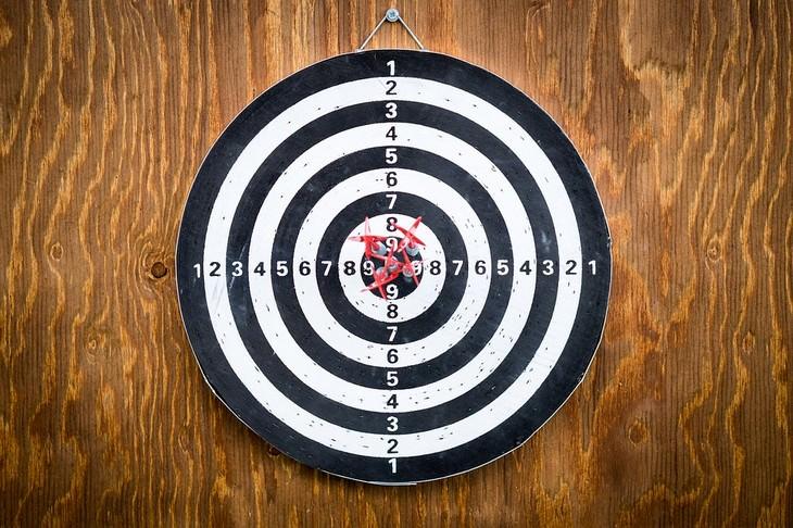 לוח מטרה עם חץ במרכזו