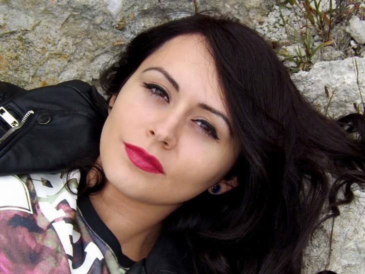 אישה שוכבת על סלע