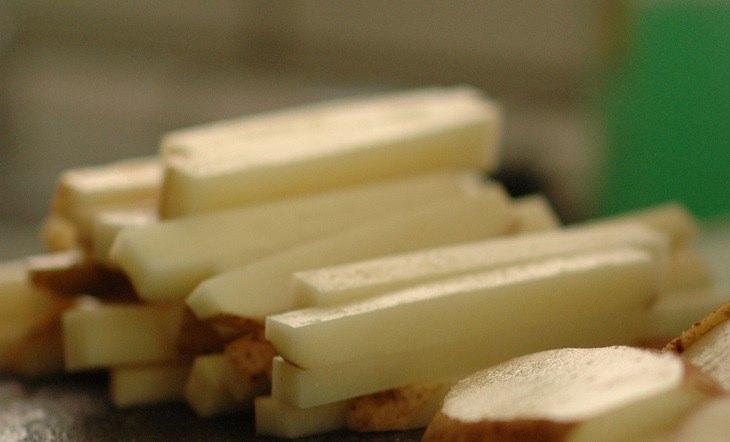 רצועות קלופות של תפוחי אדמה, לפני הכנתם