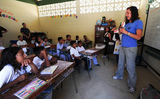 מורה מול כיתת ילדים