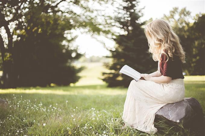 אישה קוראת ספר בטבע