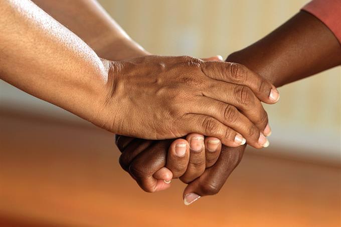 ידיים של אישה אוחזות ביד של אישה אחרת