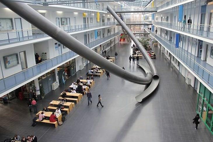 מגלשות בתוך מבנה לימודים
