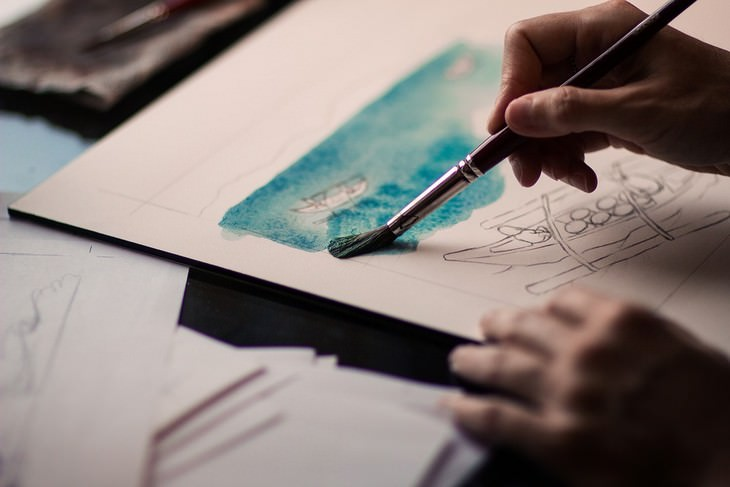 יד צובעת ציור עם מכחול
