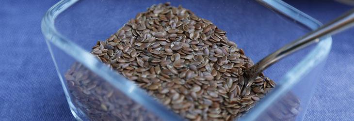 קערה שקופה עם זרעי פשתן