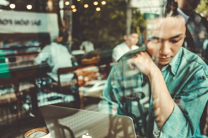 השתקפות של אדם יושב בבית קפה