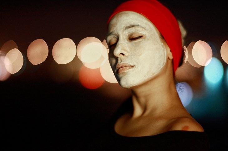 אשה עם מסכת פנים