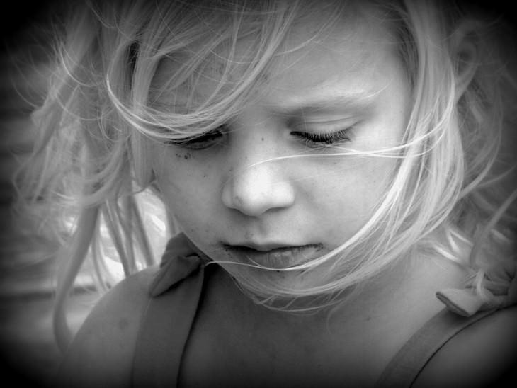 ילדה עצובה