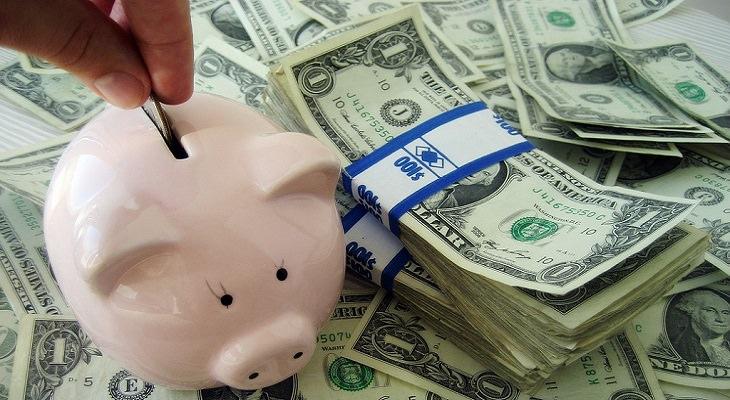 קופת חיסכון על ערימת שטרות כסף