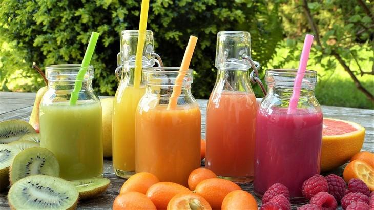 כוסות עם שייקים ופירות לצידם