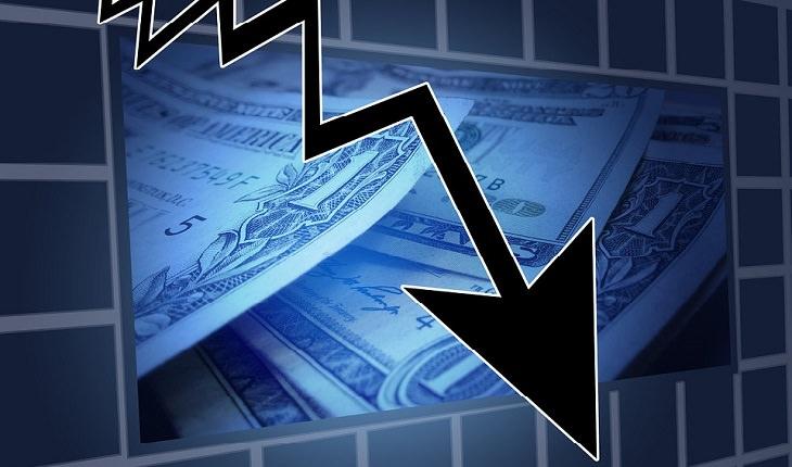 חץ יורד על רקע שטרות כסף