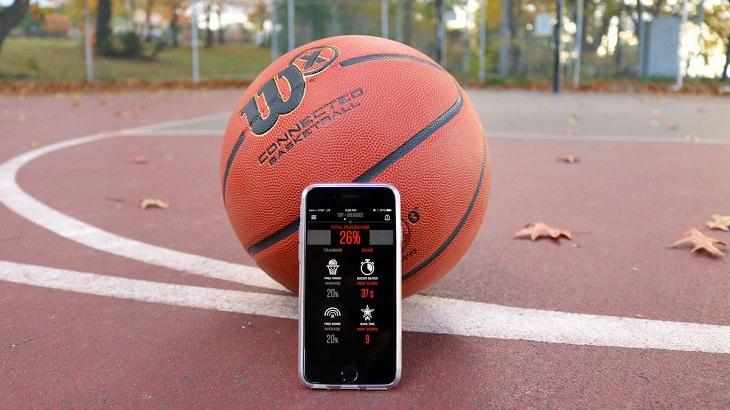 כדורסל מונח על מגרש בסמוך לטלפון חכם