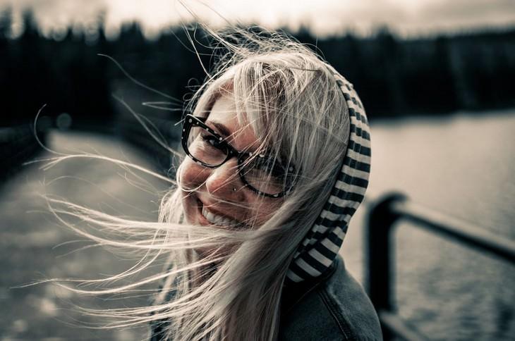 אישה מחייכת למצלמה