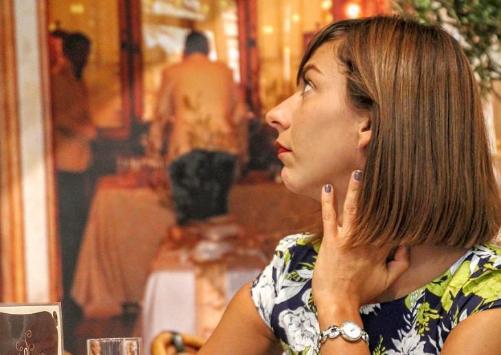 אשה נוגעת בצווארה