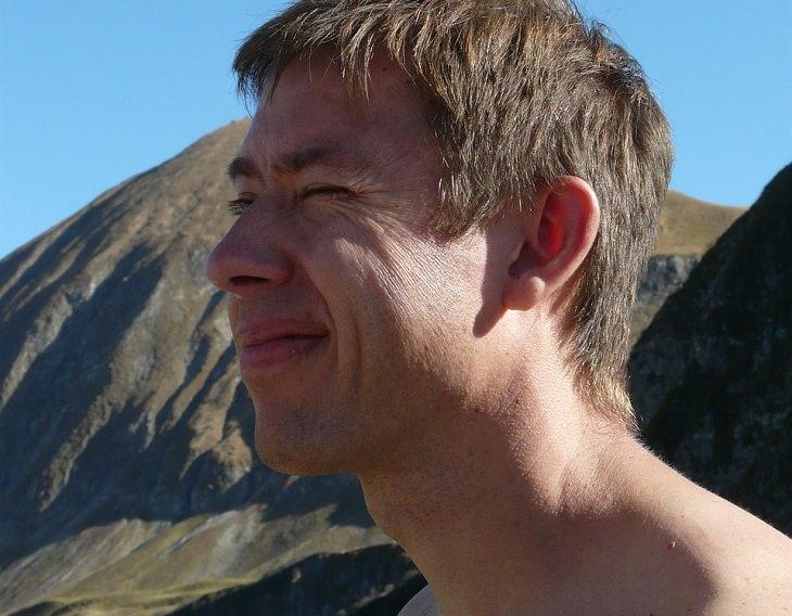 פנים של גבר עם צוואר חשוף