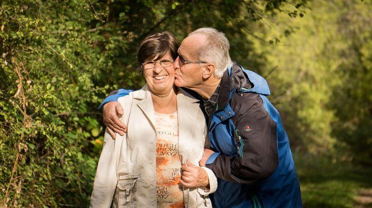 גבר מבוגר מנשק אישה מבוגרת