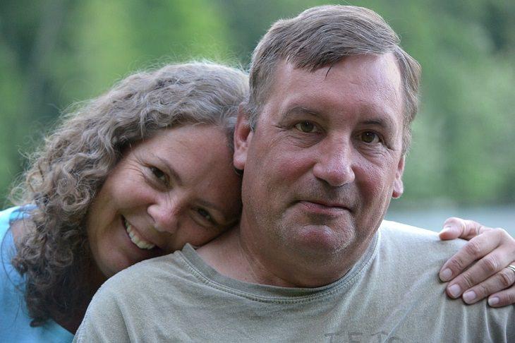 גבר ואישה מבוגרים חבוקים